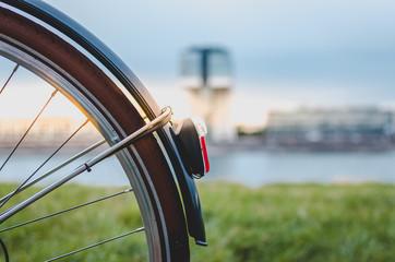 Fahrradrücklicht zum Sonnenuntergang in Köln