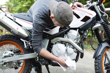バイクを拭く男性