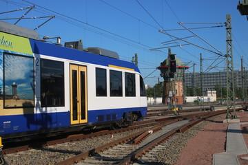 Dieseltriebwagen verlässt Halle(Saale) Hbf
