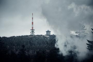 Dichte Wolken über den Gipfel des Brocken im Harz