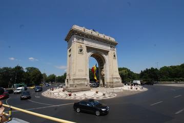 Arcul de Triumf; car; sky; landmark; arch