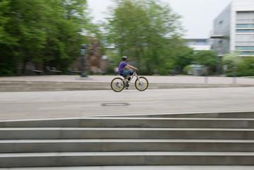 Jugendlicher Radfahrer in der Innenstadt mit Bewegungsunschärfe
