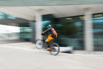 Mountainbike in der Innenstadt mit Bewegungsunschärfe