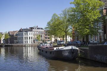 Innenstadt von Groningen: Blick auf einen Kanal und die Wohnhäuser