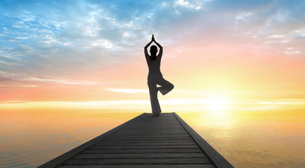 Yoga - Sonnengruß im Sonnenaufgang