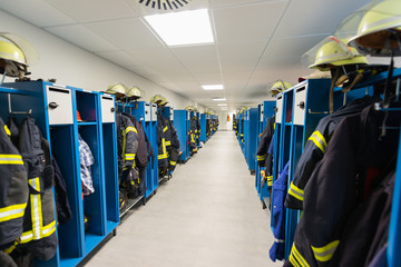Sammelumkleide der Freiwilligen Feuerwehr mit Spinden Uniformen und Helmen