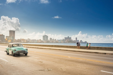 Poster Havana Classic car on the Malecon in Havana, Cuba