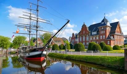 Photo sur Toile Europe Centrale Papenburg, Museumsschiff und Rathaus