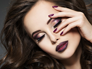 Fotorolgordijn Beauty Beautiful face of woman with maroon makeup and nails