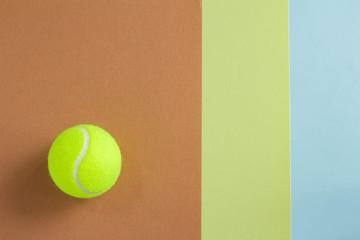 テニスボールと緑と茶色と青の背景