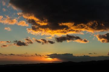 Sonnenuntergang mit Wolken am Himmel