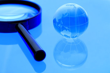 地球と虫眼鏡