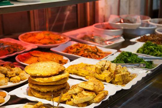 韓国の市場で売られている総菜