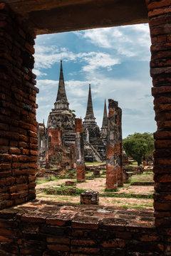 Siamesische Ruinenstadt Ayutthaya: 3 Stupas, Blick durch Fensteröffnung