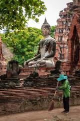 Siamesische Ruinenstadt Ayutthaya, Wat Mahathat: Buddha-Statue mit Thaifrau