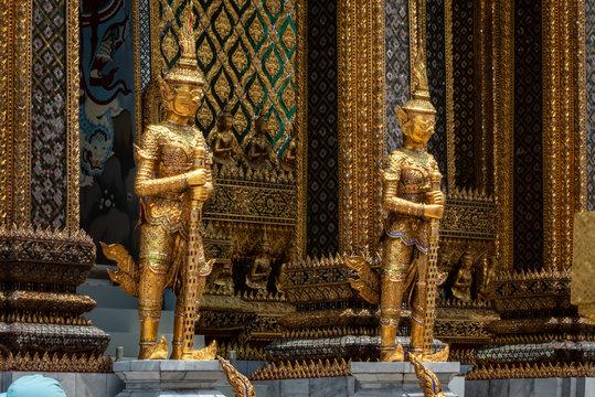 Bangkok, Großer Palast: Zwei goldene Devas (buddhistische Schutzgötter)