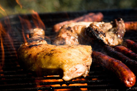 cuisses de poulet et saucisses cuites au barbecue