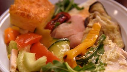 Recess Fitting Appetizer Leckerer Vorspeisenteller mit viel Gemüse und gegrilltem Fleisch