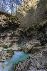 Cascata del rio Repepeit con il famoso antico ponte, vista di una valle alpina