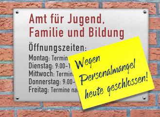 Schild Jugendamt, wegen Personalmangel heute  geschlossen!