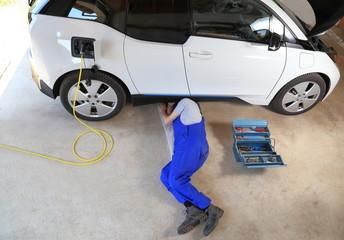 Mechaniker repariert Elektroauto