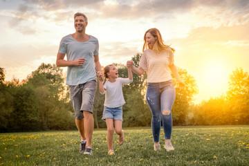 familie mit tochter rennt und hat spaß