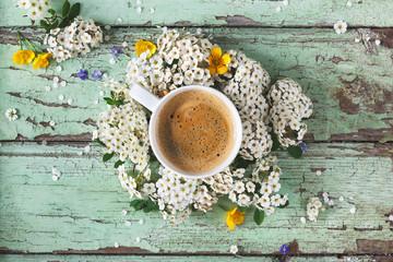 Tasse de Café sur Fond bleu et Fleurs