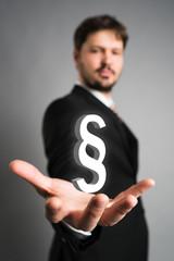 Geschäftsmann wählt Paragraphen aus
