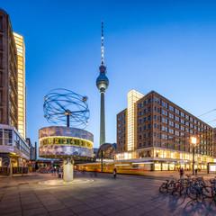 Berlin Alexanderplatz mit Weltzeituhr und Fernsehturm am Abend