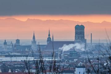 Die Münchner Frauenkirche bei Nebel mit den Alpen im Hintergrund