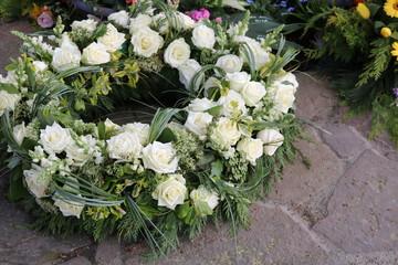 Trauerkranz mit Blumen auf dem Friedhof