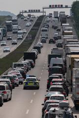 Rettungsgasse bilden bei Rückstau auf der Autobahn