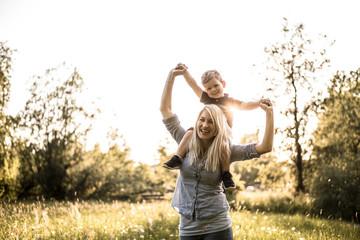Mutter mit ihrem Sohn in der Blumenwiese