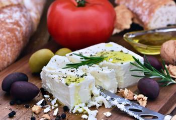 Feta auf Holzbrett mit Käsemesser