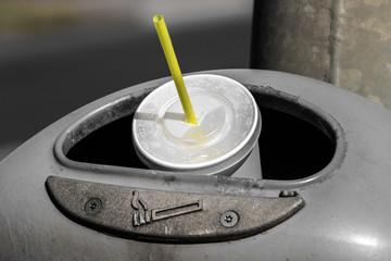 Trinkbecher in einem Abfalleimer