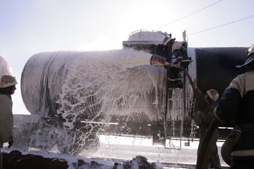 rescuers stifle the train. Firefighters are extinguished by the foam of the train's caustic.