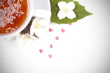 чай с лавандой стоит на белом столе