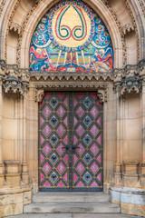 Schöne antike Tür, Pforte einer katholischen Kathedrale mit Ornamenten