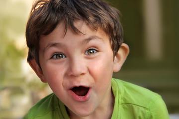 Erstaunte Freude: Portrait  kleiner Junge mit überraschtem Gesichtsausdruck