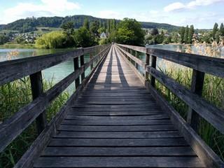 Brücke zum Ziel über Wasser