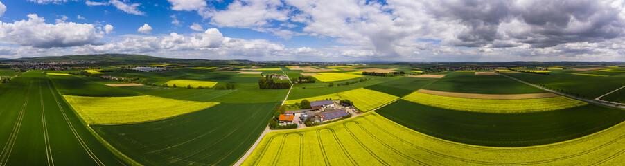 Fotoväggar - Blühende Rapsfelder (Brassica napus), Gehöft mit Solarstrom und Biogas, Kreis Friedberg, Wetterau, Hessen, Deutschland
