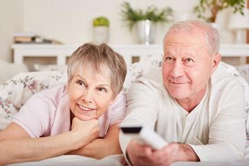 Senioren Paar entspannt beim Fernsehen