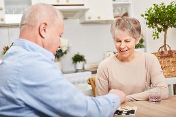 Senioren machen Brettspiel Wettkampf