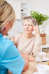 Pflegedienst kümmert sich Seniorin
