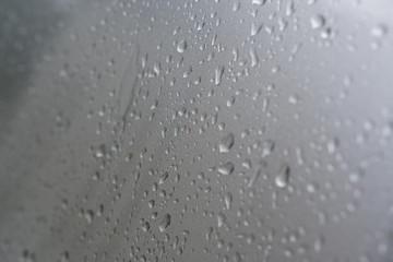 Wassertropfen auf Silber Hintergrund