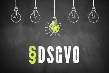 """Schriftzug """"§DSGVO"""" und Glühbirnen auf Kreidetafel"""