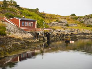Paisajes reflejado en el agua por las carretera del Atlántico en la zona de Geitøya , Noruega, verano de 2017.