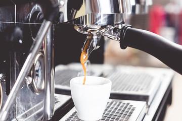 barista bei der zubereitung von kaffee, espresso, cappuchino