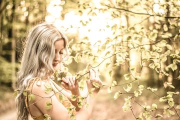 Junge Frau kontrolliert die Bäume