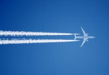 Flieger mit Kondenzstreifen